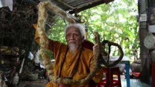 Beş metre saça sahip adam dini inançları gereği 80 yıldır saçını yıkamıyor